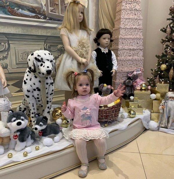 Ольга Рапунцель прикрывается своим ребенком