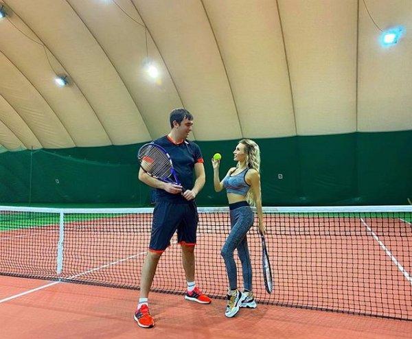 Розалия Райсон и Андрей Шабарин отдыхают на теннисном корте